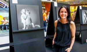 L'autora de la mostra 'El meu gos i jo', Céline Pech, amb una de les seves obres.