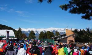 Estació de Masella plena d'esquiadors pel pont de Tots Sants.