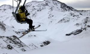 Esquiadors en un telecadira a l'estació de Boí-Taüll.