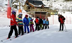 Estudiants del Pallars Sobirà en una classe d'esquí a l'estació de Tavascan.