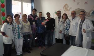 L'alcalde Batalla i la regidora Bonet van visitar la primera nena nascuda el 2019 al Sant Hospital de la Seu.