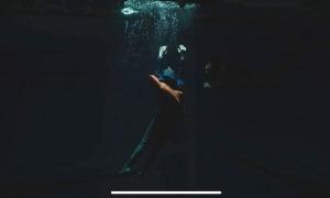 Plànol subaquàtic d'Edur, interpretat per Gio Garcia, una vegada ha caigut per una esquerda del glaç d'Engolasters.