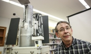 Pujol, amb una maqueta a escala del telescopi espacial Hubble, ahir a la biblioteca comunal d'Encamp.