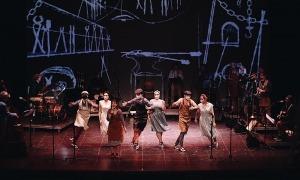 Dansaires de l'Esbart Laurèdia, l'octubre passat a l'estrena de 'Cançó d'amor...' a Manresa.