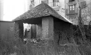 Fotografia sense data del comunidor, anterior en qualsevol cas al 1974, quan va ser destruït. Rere el mur, el carrer Doctor Vilanova.
