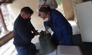 Franciso Gómez, a l'esquerra, col·loca la campana a l'estoig 'ad hoc' amb què viatjarà fins al taller de Rafelbunyol.