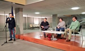 El síndic, Vicenç Mateu, presenta la xerrada amb el novel·lista Javier Cercas que va tenir lloc dissabte al vestíbul del Consell General.