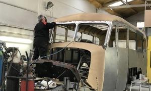 El planxista afegeix una capa d'emprimació al xassís del Fargo, dilluns al taller Catalunya de la capital. per prevenir-ne l'oxidació del metall.