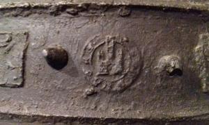 La 'firma' que el campaner Joan de la Tor va deixar a la campana de Meritxell, que Castellet ha localitzat també a la parroquial de Pujol, al Pallars Sobirà, i que li permet datar-la a finals del segle XIII; el castell està gravat a la corona de la campana.