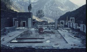 1974: el claustre comença a prendre forma.
