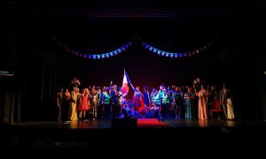 L'equip artístic de 'La fille du régiment', en la salutació final a la funció de dissabte al vespre al Claror.