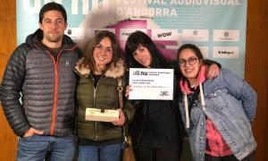 Rodríguez Areny, amb Paula Peña, Laura Martos i Andrea Milà, amb el premi.