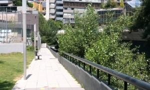 El passeig del riu en el tram abans d'arribar a l'Espai Jovent.