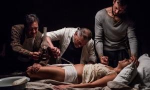 Greta Fernández és la Sara de cal Riot; Roger Casdamajor, 'marit' seu, li dona la mà.