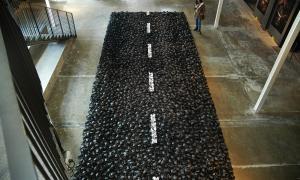La carretera fa 20 metres de llarg per 4 d'ample, i està formada per 3.000 crancs, modelats a mà i un a un; Balmaseda hi ha dedicat un any de feina; a dalt, la instal·lació, al Terracotta Museu; a baix, fa dos anys, amb les primeres proves al seu taller de la capital.