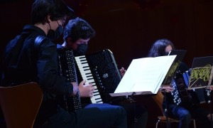 La formació d'acordions de l'Institut, ahir a l'escenari.