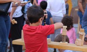 Un infant durant el taller de fusta de la Vila Medieval.