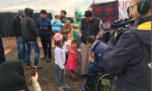 Moment de la visita on es veu Albert Llovera al camp de refugiats sirià.