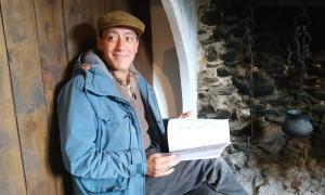 L'actor Roger Casamajor, acracteritzat com l'Antoni de cal Riot, ahir a la Casa Rull de Sispony.