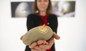 L'artista escaldenca posa amb una de les patates grillades de la instal·lació.