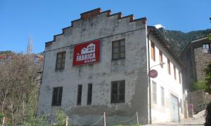 La fàbrica de llana, al camí d'Engolasters, habilitada l'estiu passat com a centre d'operacions de la biennal de 'land art'.