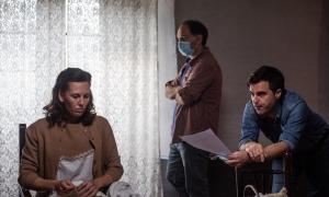 L'actriu Elisabet Terri amb el director Santi Trullenque i el guionista Agustí Franch, en el rodatge de 'El fred que crema', l'únic llarg que de moment ha obtingut ajut, al setembre.