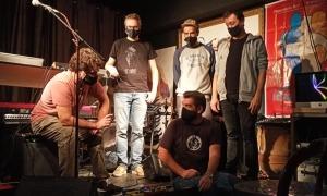 Lluís Cartes, Oriol Vilella, Òscar Llauradó, Roger Casamajor i, assegut, David Gálvez, en la presentació aquest migdia del disc 'Arnes' a La Fada Ignorant.