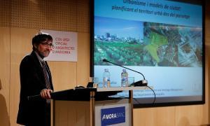 Francesc Muñoz en un moment de la conferència a la sala d'actes de MoraBanc, ahir.