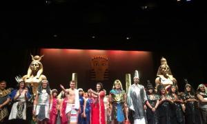 L'elenc de 'La corte de Faraón', amb Joel Pla i Jonaina Salvador al capdavant, saluda el públic al final de la funció de dissabte.