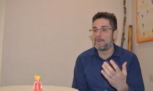 Ramon Alsina, amb la figureta de Playmòbil utilitzada durant l'entrevista.