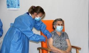 Leocàdia Peña, primera veïna de la regió sanitària a vacunar-se contra la Covid-19, rep la primera dosi del vaccí.