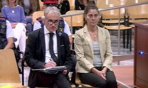 Els pares de la Nadia asseguts al banc dels acusats ahir a l'Audiència de Lleida.