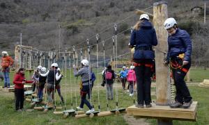 Alumnes divertint-se en un parc d'aventura a Rialp, al Pallars Sobirà.