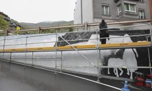 El mur de la carretera de Nagol, rere l'aparcament del Camp Gran, fa 45 metres de llarg i la principal dificultat, diu Bosque, és l'angle i la pendent que traça.