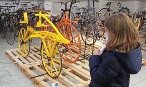 La draisina és el model més antic de la col·lecció Riberaygua, data de mitjans de segle XIX i és una protobicicleta, sense pedals ni cadena.