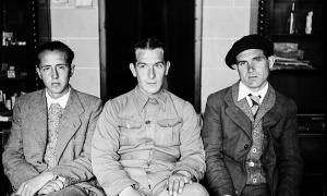 Al mig, un militar republicà que s'ha arrencat prudentment els galions de la jaqueta. Amb el seus companys, posa a l'interior de la farmàcia Areny-Plandolit, als baixos de la casa Guillemó.