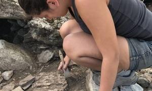 L'arqueòloga escaldenca excavant l'estiu del 2017 el dolmen de la Llosa, a Bescaran.