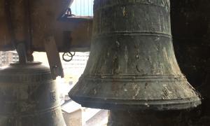 La 'Jesús i Maria', en primer pla, al tercer pis del campanar; al darrera hi ha la 'Santa Eulàlia'.