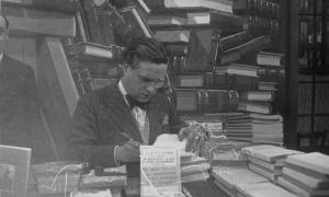 Sant Jordi, 1931: Capdevila firma exemplars de 'Memòries d'un llit de matrimoni' a la fira del llibre.