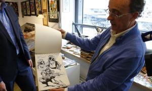 Pieras mostra un dels quaderns amb esbossos que s'exposen a l'Espai Ezquerra.