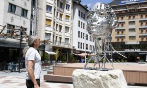 Díez contempla 'Nfer 2.0', plantada des d'ahir a Coprínceps: fa 1,80 metres d'alçada, està construïda en acer 316 i va muntada sobre un pedestal de granit del país.