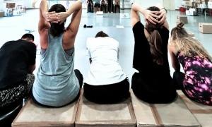 Verónica Pérez, Mònica Vega, Olga da Cunha, Aina Pérez i Pauline da Costa, en un assaig de 'Caixa o faixa'
