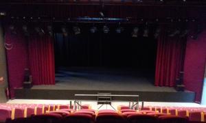 L'escenari, amb el nou teló i els nous arlequins laterals, des de la cabina tècnica.