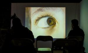 Sis dels videoarts creats per Pep Aguareles, amb Helena Guàrdia i amb el col·lectiu Paradise Consumer, es projecten a la Riberaygua: aquest correspon a 'El cirt', contra la violència de gènere.