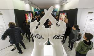 La inauguració de la mostra va aplegar un bon nombre de públic a Caldea.