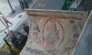 El trasllat dels frescos des de bombers fins a Aixovall va tenir lloc l'abril del 2016.]