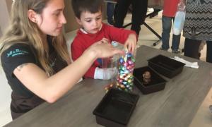 Els nens van ensobrar ous de Pasqua a la xocolateria Jeff de Bruges de la capital.