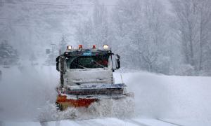Una màquina llevaneu neteja la carretera C-13, entre Llavorsí i Esterri d'Àneu.