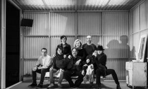 L'equip artístic de 'Prostitución' al complet: Lucía Juárez, Carmen Machi, Alfons Casal, Héctor Más, Laia Vallès, el director Andrés Lima, Carolina Yuste i Nathalie Poza.