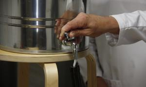 Un celler comença a embotellar el primer sake produït al Pirineu
